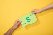 vágott kilátás az ember és a nő kezében papír ikon a dollár bankjegy sárga