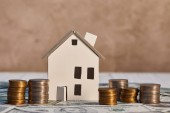 model Bílého domu na dolarových bankovkách v blízkosti mincí, koncept nemovitostí