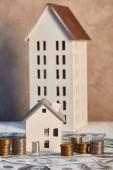 case modelli su tavolo di legno bianco vicino al denaro, concetto immobiliare