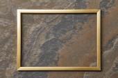 prázdný zlatý rám na kamenném pozadí s prostorem pro kopírování