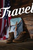 Trekking csizma, hátizsák és amerikai zászló fa felszínén utazási illusztráció