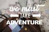 Fényképek felülnézet a bőr táska útlevél, jegy, napszemüveg és Térkép mi kell vennie kaland illusztráció