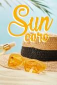napszemüveg közelében szalma kalap és palack Lesülés olajat homokos strandon izolált kék nap ellátás illusztráció