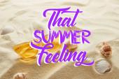 sárga stílusos napszemüveg a homokba a tengeri kagylókból, és hogy a nyári érzés betűkkel