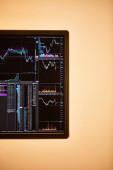 obrazovka digitálního zařízení s grafy a grafy v kanceláři