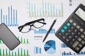 Nejlepší pohled na papír, pero, kalkulačku, smartphone a brýle na stůl
