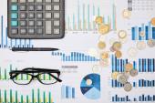 Nejlepší pohled na papíry, pero, kalkulačku, mince a brýle na stůl