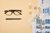 Fotografie Nejlepší pohled na papíry, pero, mince a brýle na stůl
