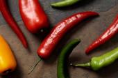 pohled na mexické kořeněné chilli papričky na kamenné stolce