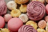 Pink Zephyr kis sárga és rózsaszín habcsók és rózsaszín macaroons szürke háttér
