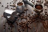 Fényképek Gejzer kávéfőző közelében portafilter a fa felületén kávébab