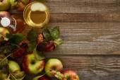 felsõ kilátás érett alma közelében üveg és pohár friss almabor a fa felületén