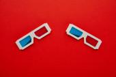 a 3D szemüvegek felülnézete vörös háttérrel