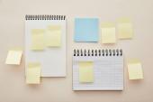 felső nézet üres ragadós megjegyzések notebook elszigetelt bézs