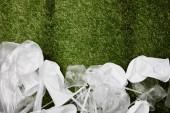 pohled na zmačkaný plastový a kartónový odpad na trávě s prostorem pro kopírování