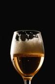pohár sör fehér habbal izolált fekete