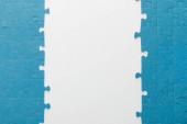 pohled na modrou skládačku na bílém pozadí
