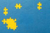 felülnézetben kék puzzle sárga rések