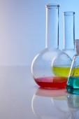Glaskolben mit farbenfroher gelber, blauer und roter Flüssigkeit