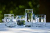 acqua dolce limpida in bicchieri trasparenti alla luce del sole