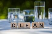 čisté nápisy na tvárnicích v blízkosti sladké vody v průhledných brýlích na dřevěném stole