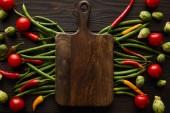tetejére kilátás chili paprika, cseresznye paradicsom, zöld borsó, kelbimbó és vágódeszka