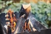 tűzifa szelektív fókusza tűzifával a grillben