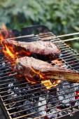 ízletes hús grillezés grill rács és széndarabok kívül