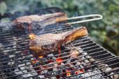 selektivní zaměření grilování masa na gril a uhlí