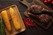 pohled shora na maso, kukuřici, chilli papričky, cherry rajčata, zeleň