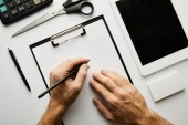 Fényképek levágott kilátás az ember írás írótáblára tollal