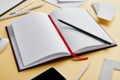 obálka, pera, tužka, notebook, vizitky, smartphone s kopírovacím prostorem