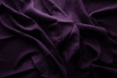 vrchní pohled na fialovou zmačkanou látku