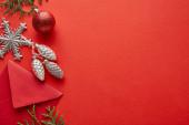 felső nézet fényes karácsonyi dekoráció, boríték és thuja piros háttér másolási hely