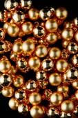 vrchní pohled na lesklé zlaté vánoční koule izolované na černé