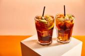 koktejly kubánské libry ve sklenicích se slámou na kostce