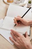 kivágott kilátás nő írás notebook fából készült felületen