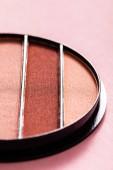 zblízka barevné pastelové oční stíny palety na růžové