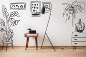 padló lámpa, fa dohányzóasztal és óra üres képernyő közelében rajzolt növények, festmények és komód