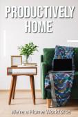 zelený gauč, přikrývka a notebook s prázdnou obrazovkou u dřevěného konferenčního stolku se zelenou rostlinou, knihami, fotorámečkem a produktivně doma, to byly nápisy domácí pracovní síly