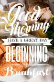 frische Croissants, Brot, Kaffee und Zitronenwasser auf grauem Tisch, selektiver Fokus mit Guten Morgen, guten Tag, beginnend mit dem Frühstücksaufdruck
