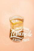 egy pohár friss víz citromszeletekkel bézsen némi limonádéval ebből a betűből.