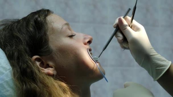 Návštěva zubaře. Ortodontista lékař nastaví železné výztuhy pro mladou ženu zblízka