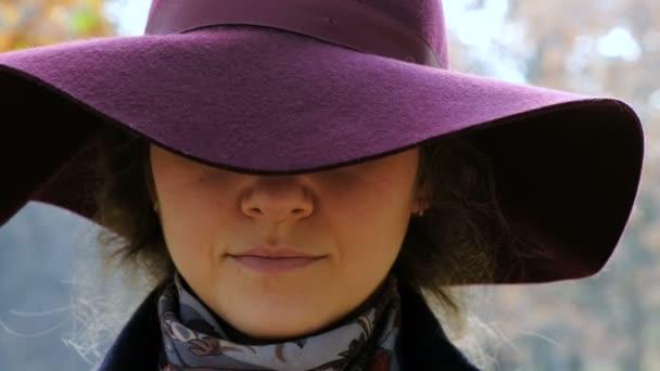 Porträt eines Mädchens in einem Hut lächelnd mit Klammern auf ihren Zähnen, kieferorthopädische Lächeln, schiefe Zähne