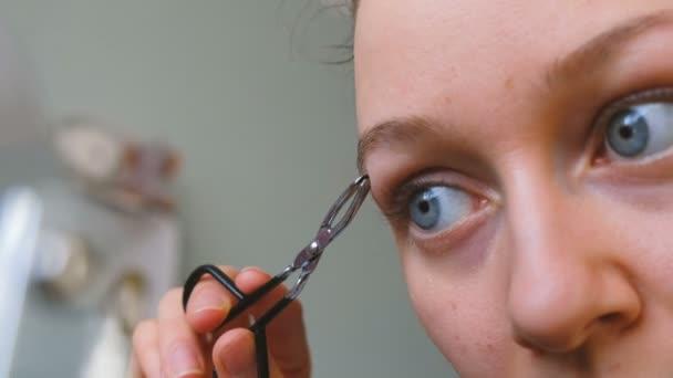 Dívka s modrýma očima chce mít obočí detail, 4k