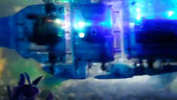 st. petersburg, russland - 12. november 2018: fisch-cyborg-roboter mit zwiebeln schwimmt im aquarium