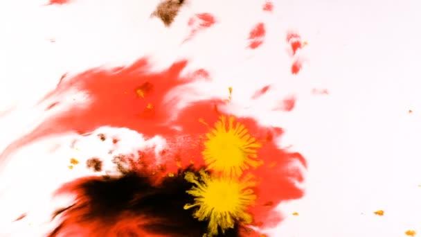 Gelbe Aquarellfarbe tropft auf einem nassen Blatt, psychedelische abstrakte Spray auf Papier
