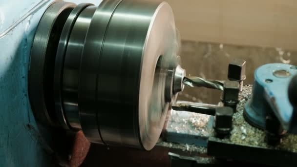 Turner egy esztergálás eszterga, a fémszerkezetek gyárban dolgozik. Nehézipar és fémmegmunkálás. Pontosság fém vágó és részletes fúrás