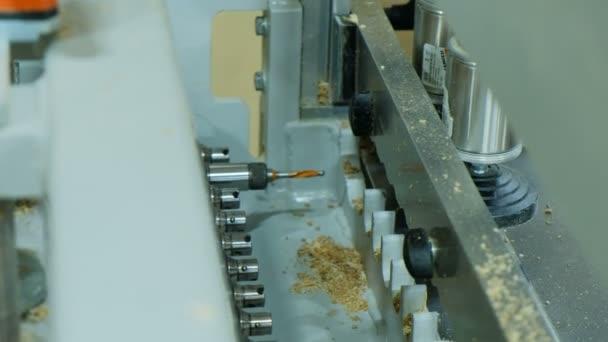 Proces vrtání děr v detailech dřevěný nábytek na moderní vrtací stroj