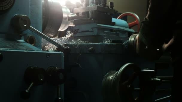 Turner egy esztergálás eszterga, a fémszerkezetek gyárban dolgozik. Fémipar